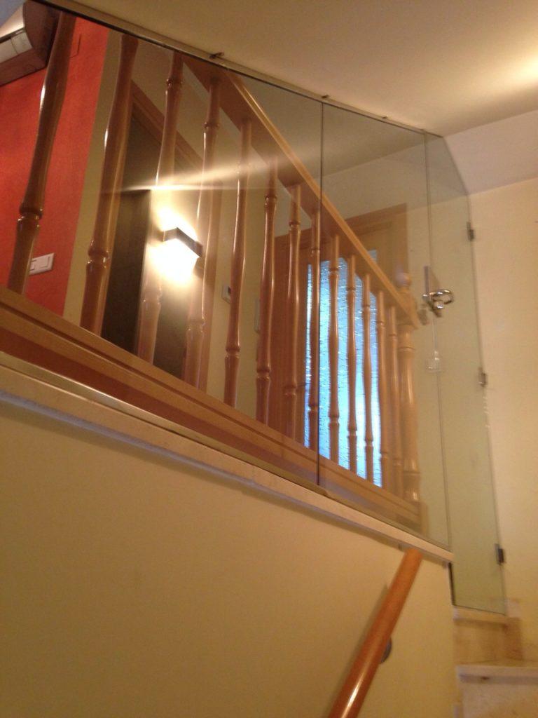 Puerta de vidrio escaleras vidres vitrobisel for Puerta para escalera