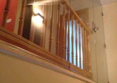 Puerta de vidrio escaleras